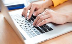 Vrouw aan het werken op laptop