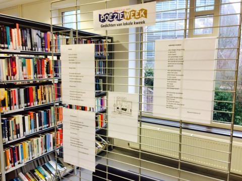 Gedichten die uithangen in de bibliotheek