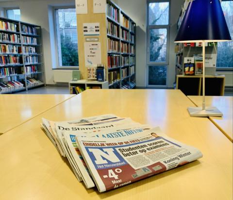 Kranten lezen in de bib